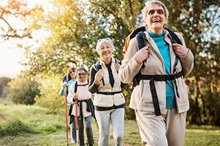 Seniorinnen beim Wandern